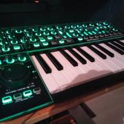 System 1 por Korg ElecTribe MX (EMX-1) o Roland mc-505