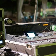 Mesa 24 canales Yamaha DM2000 + Flight case
