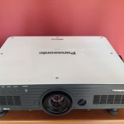 Proyector 6000 lúmenes Panasonic PT-D5700E