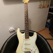 Vintage Icon V6 Olympic White Distressed tipo Stratocaster