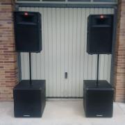 DJ con equipo de sonido profesional e iluminación