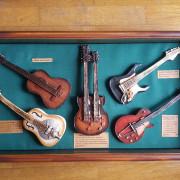 Guitarras miniaturas en vitrina