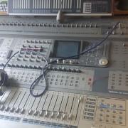 Mesa de Mezclas digital modelo Tascam DM-4800 y controladora DAW