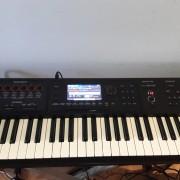 Roland FA06 con monitores, soporte y cables