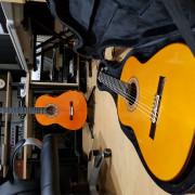Guitarra amplificada negra