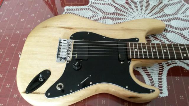 Guitarra con cuerpo fender mex y pastillas EMG85/SA
