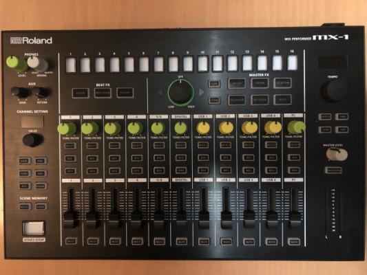 Roland Aira MX1 con Decksaver y Chroma Caps