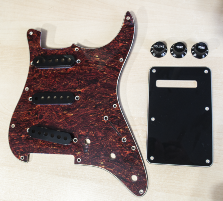 Cambio Pickguard, botones y cubre pastillas Fender