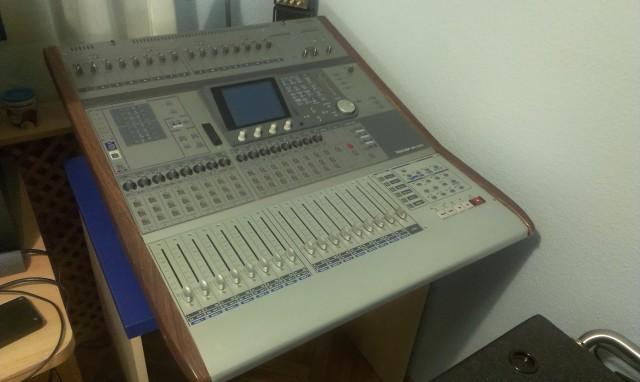 Mesa de mezclas Tascam DM-3200 y micrófono Yamaha Subkick