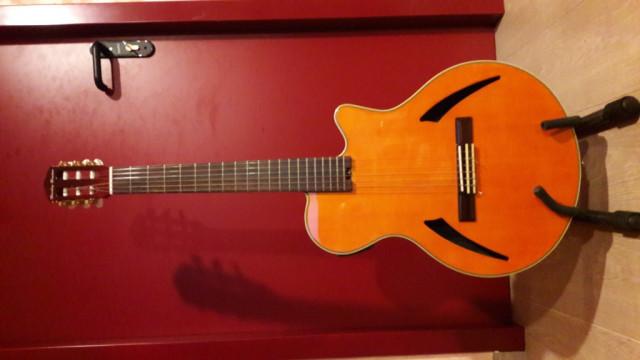 Guitarra española semicaja. Pastilla piezoeléctricao.