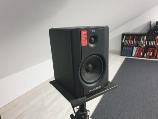 Monitores M-Audio BX5 con soportes