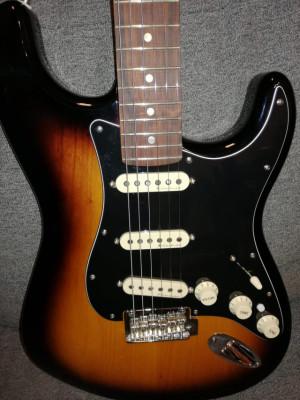 Fender Deluxe Stratocaster Pau Ferro Fretboard 2-Tone Sunburst