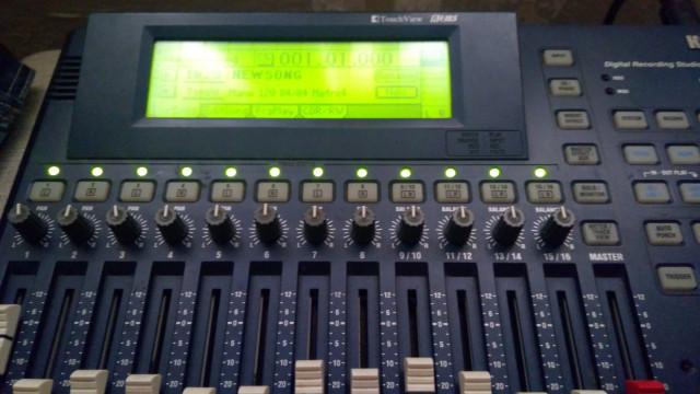 KORG D16 (mesa de mezclas y grabaciones)