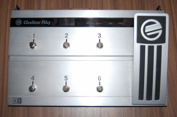 Pedalera Rig Kontrol 2 con Software Guitar Rig 2