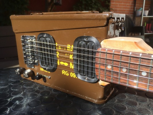 Vendo / Cambio: Bullet Box Guitar
