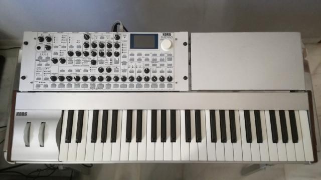 Vendo Korg Radias con teclado y stand originales.