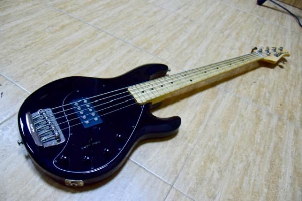 Vendo MusicMan Stingray 5 cuerdas, completamente nuevo 1350€