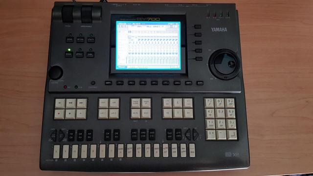 Secuenciador/sinte hardware Yamaha QY700