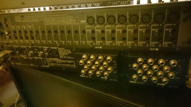 Mesa de mezclas digital YAMAHA 02R V2 + Puente de Vumetros + 2 tarjetas ampliacion CD8-AD: 16 I y 16 O analógicos extras