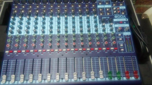 2 mesas de mezclas midas y soundcraft y monitores mackie