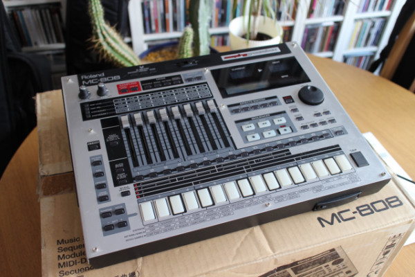 Groovebox Roland MC-808 + tarjeta memoria