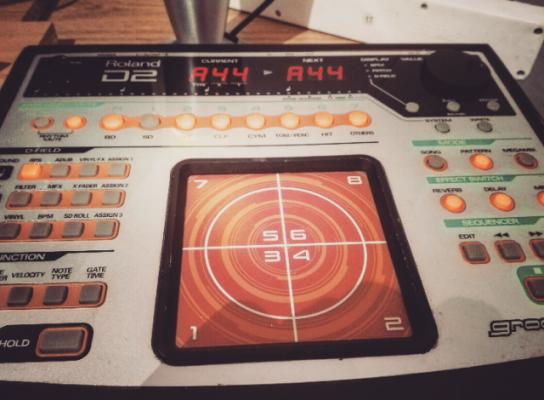 Roland D2 sintetizador, secuenciador y caja de ritmos