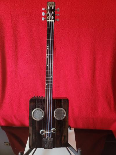Cigar box guitar cuerdas nilon Electrificada con previo. Artesanal