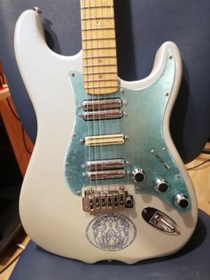 PRECIOSA GUITARRA DE LUTHIER (no es una Fender original)