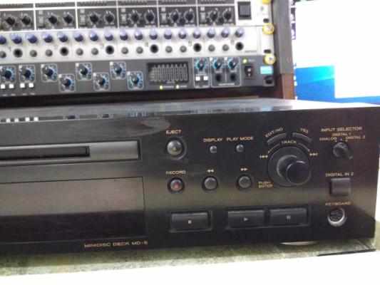 """Mini disc 19"""" TEAC con mando a distancia."""