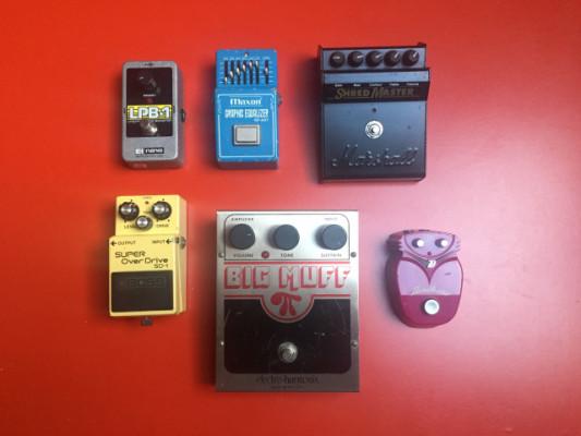 Varios pedales de guitarra