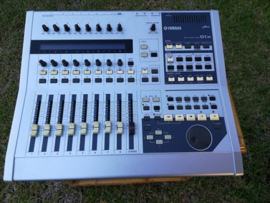 Mesa digital Yamaha OX1 y superficie de control