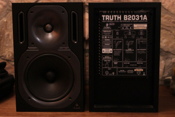 "BEHRINGER B2031A TRUTH (Monitor 8"" campo cercano respuesta plana)"