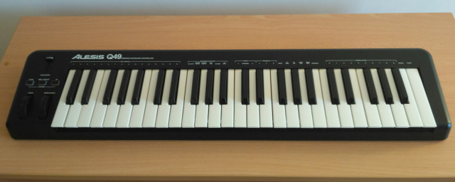 Teclado MIDI Alesis Q49.