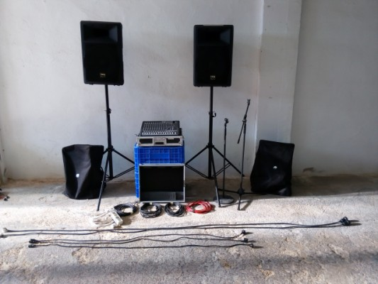 Equipo completo de P.A. Mackie CFX12 + pantallas 300+300w + mics
