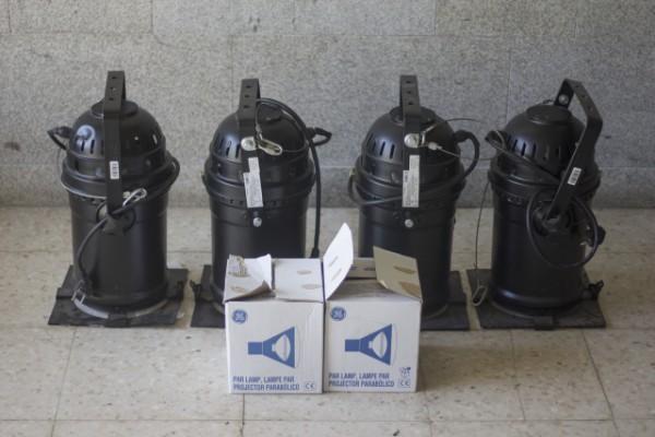 4 uni Foco Par 64 negro + 2 lámpara 1000W.
