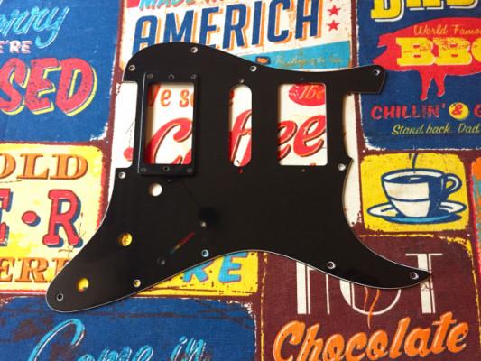 Golpeador HSH Stratocaster negro con marco embellecedor
