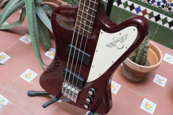Se vende bajo Gibson Thunderbird IV + estuche original