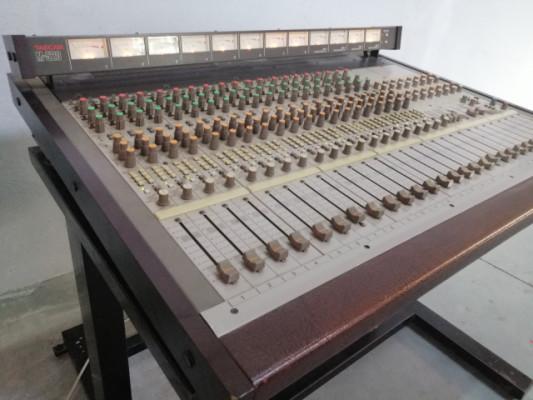 Mesa de mezclas TASCAM M-520