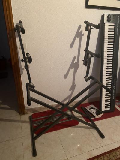 Soporte triple para teclados PROEL