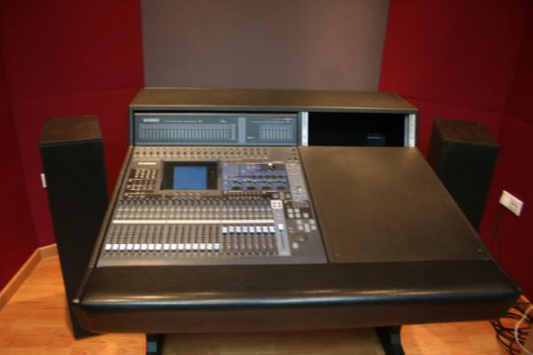 Yamaha 02R96 + Puente de vúmetros + tarjetas y mueble a medida + Regalos