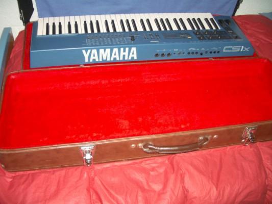 Sintetizador Yamaha CS1X +fligh case con terciopelo rojo)
