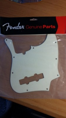 Golpeador original Fender Jazz Bass blanco hueso.