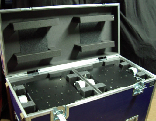 4 cabezas móviles Stage Lighting + 2 Flightcases con ruedas con freno