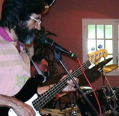 cantante/guitarrista/bajo busca grupo