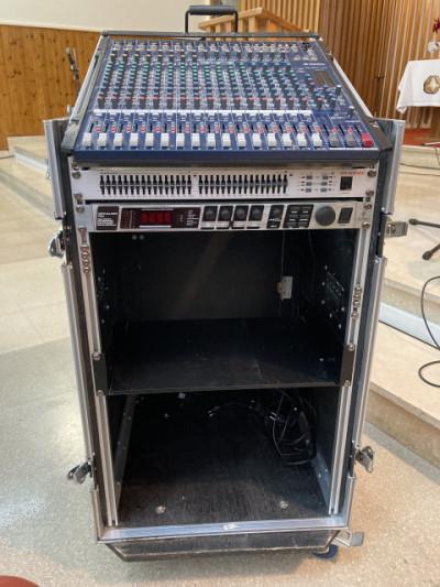 Rack con mesa Yamaha MG206c + ecualizador + unidad de efectos