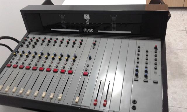Mesa de mesa de radiodifusión AEQ BC500