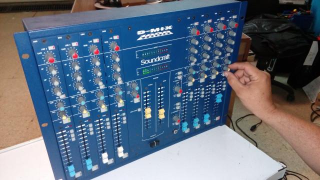 MEZCLADOR PROFESIONAL SOUNDCRAFT DJ MIX 1000