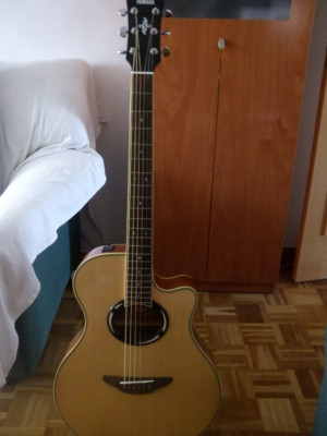 Guitarra electroacústica y YAMAHA APX500 III