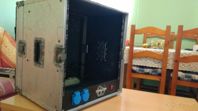Flightcase de doble puerta y distribuidor de corriente.