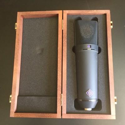 Neumann U87 con caja y soporte